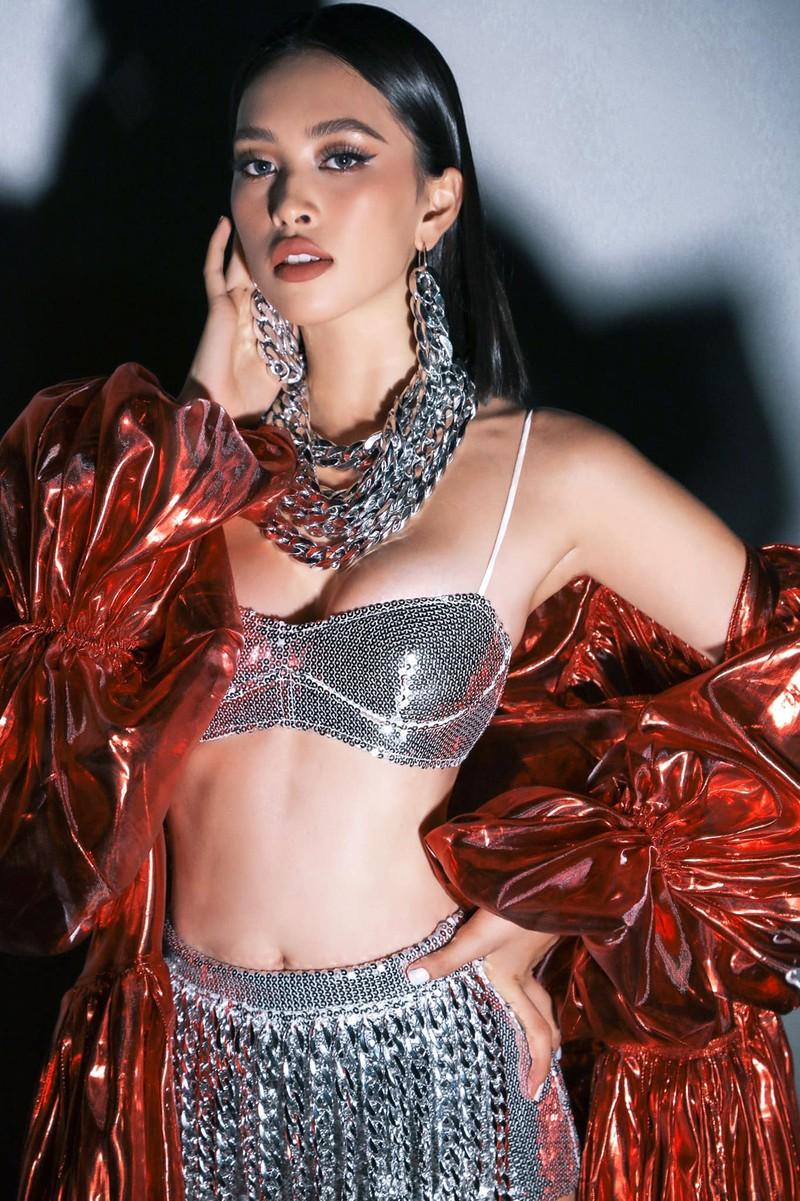 Hoa hậu Tiểu Vy khoe dáng quyến rũ với váy đen - ảnh 13