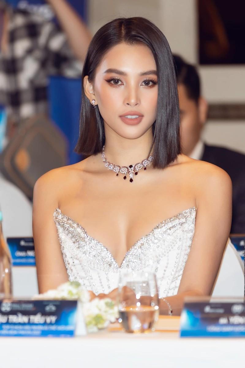 Hoa hậu Tiểu Vy khoe dáng quyến rũ với váy đen - ảnh 6