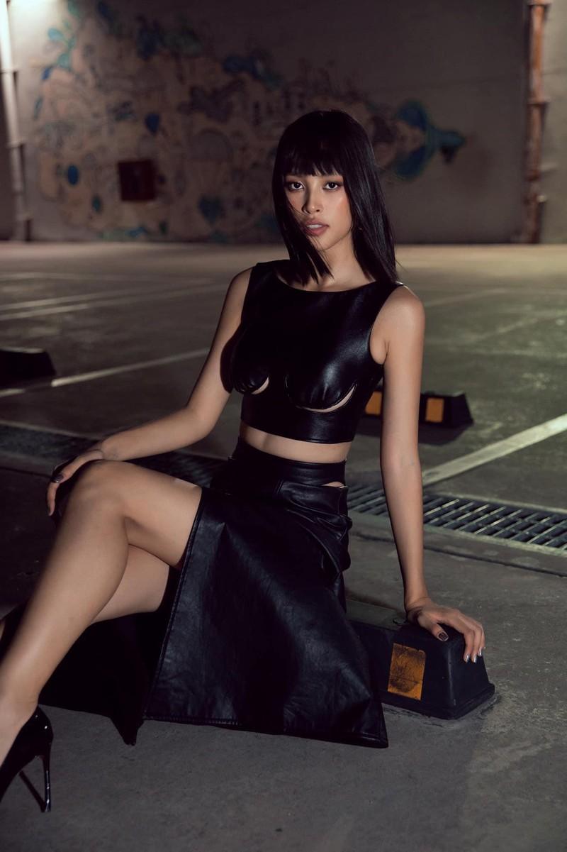 Hoa hậu Tiểu Vy khoe dáng quyến rũ với váy đen - ảnh 2