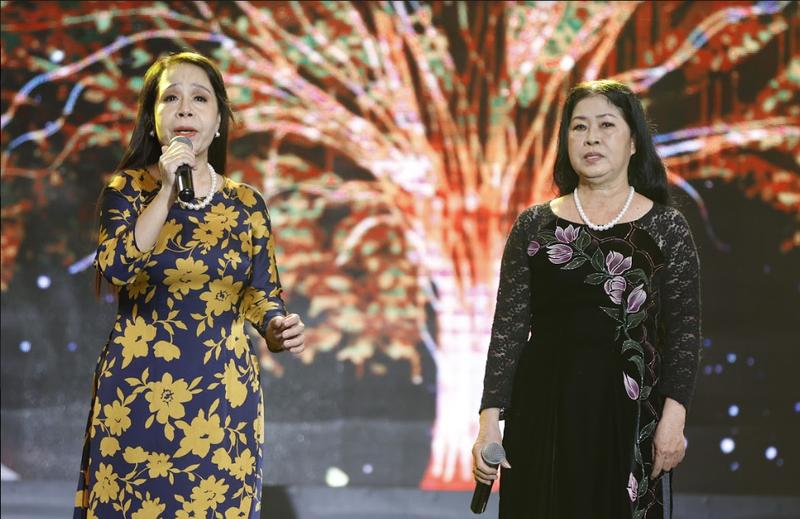 4 bản sao Thái Thanh-Khánh Ly khiến Trấn Thành xúc động - ảnh 4
