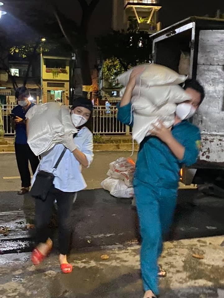 Sao Việt chung tay giúp đỡ người dân, ý bác sĩ chống dịch - ảnh 2