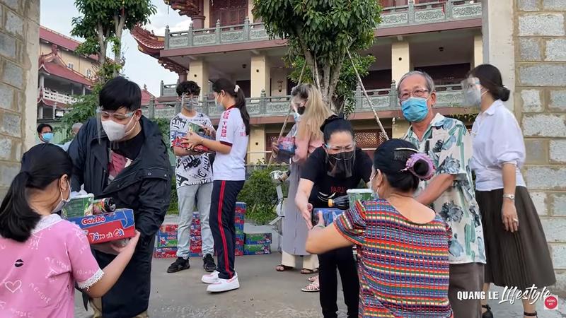 Hoa hậu Khánh Vân cùng nghệ sĩ hỗ trợ người dân, y bác sĩ chống dịch - ảnh 3