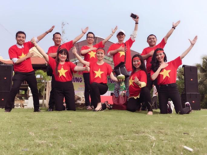Vợ chồng Trấn Thành, Tấn Beo hỗ trợ người dân y bác sĩ chống dịch - ảnh 3
