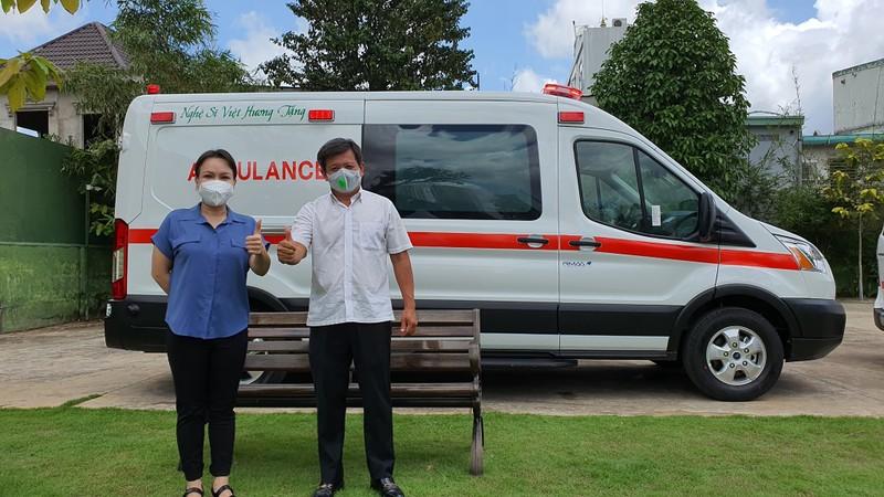 Nghệ sĩ Việt Hương tặng xe cứu thương 2,5 tỉ đồng cho ông Đoàn Ngọc Hải - ảnh 1