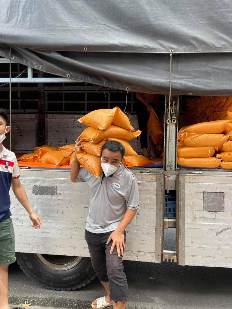 Quyền Linh hỗ trợ 10 tấn gạo cho 1.000 nghệ sĩ, nhân viên sân khấu khó khăn - ảnh 3