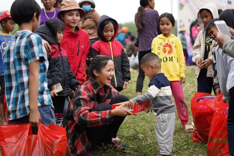 H'Hen Niê, Nguyễn Văn Chung, Đàm Vĩnh Hưng hỗ trợ trẻ em mùa dịch - ảnh 2