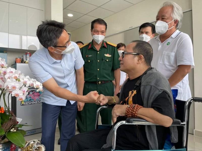 Nghệ sĩ Saxophone Trần Mạnh Tuấn thổi 'Diễm xưa' tặng Phó Thủ tướng Vũ Đức Đam - ảnh 1
