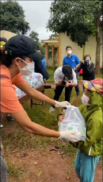 H'Hen Niê, Quyền Linh, Hoàng Sơn hỗ trợ rau củ, lương thực cho bà con, trẻ em - ảnh 1