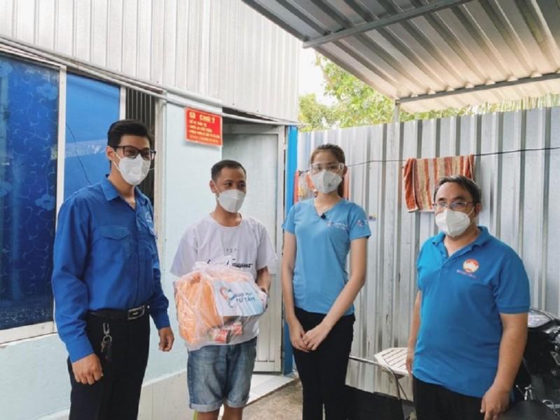 Hoa hậu Đỗ Thị Hà tặng 1.000 phần quà cho bà con khó khăn tại TP.HCM - ảnh 2