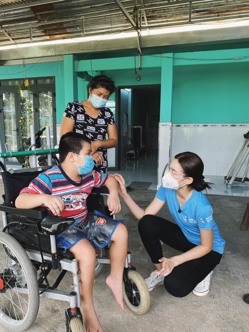 Hoa hậu Đỗ Thị Hà tặng 1.000 phần quà cho bà con khó khăn tại TP.HCM - ảnh 4