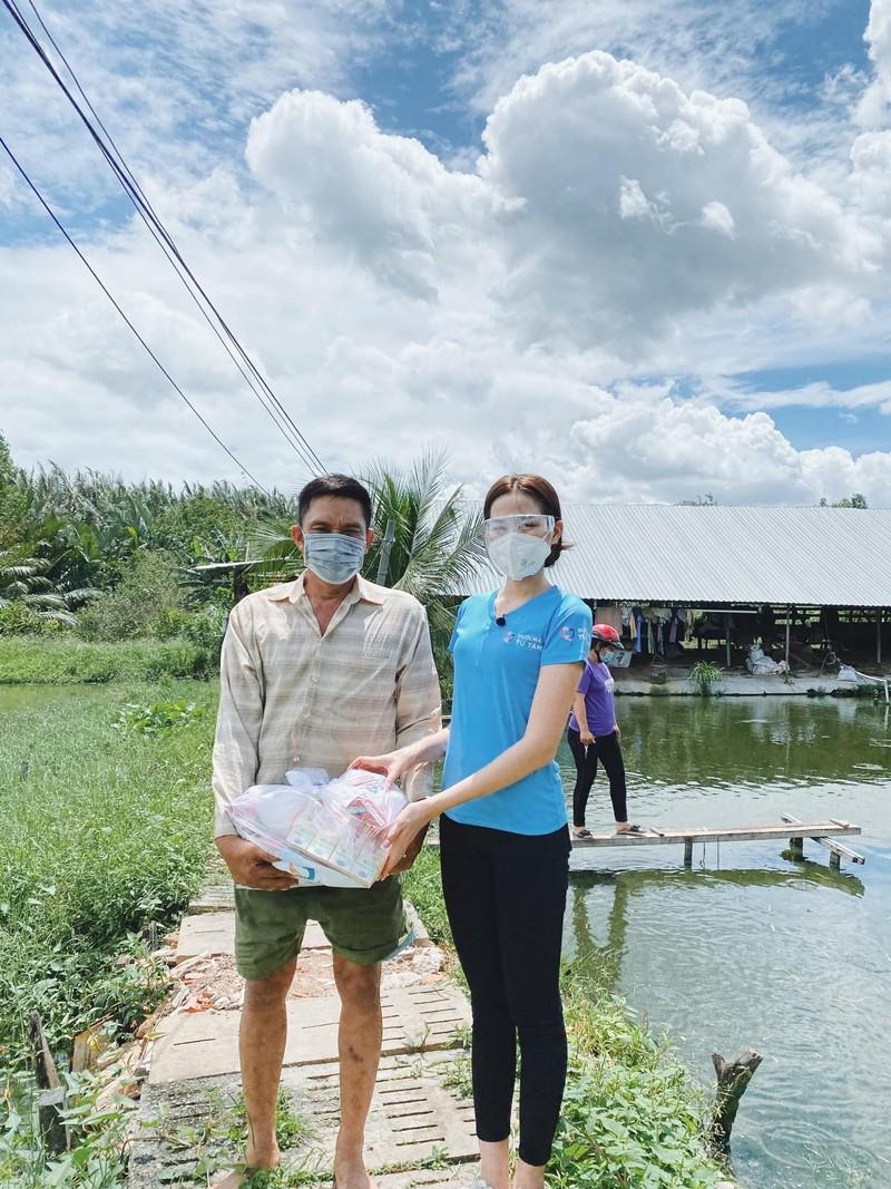 Hoa hậu Đỗ Thị Hà tặng 1.000 phần quà cho bà con khó khăn tại TP.HCM - ảnh 3
