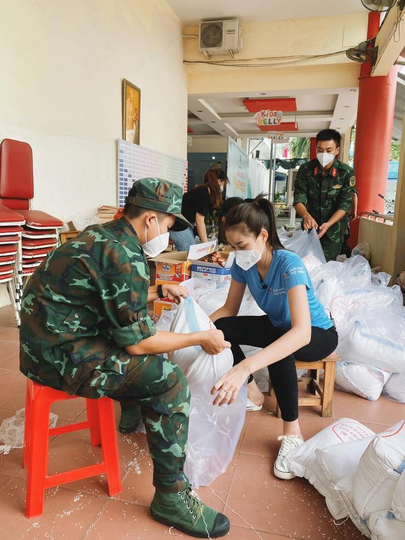 Hoa hậu Đỗ Thị Hà tặng 1.000 phần quà cho bà con khó khăn tại TP.HCM - ảnh 1
