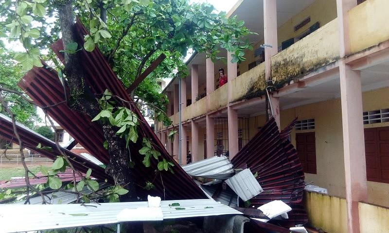 Gió lốc tốc mái trường, học sinh hoảng loạn - ảnh 2
