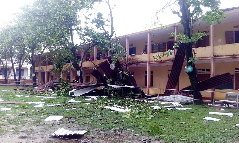 Gió lốc tốc mái trường, học sinh hoảng loạn - ảnh 1