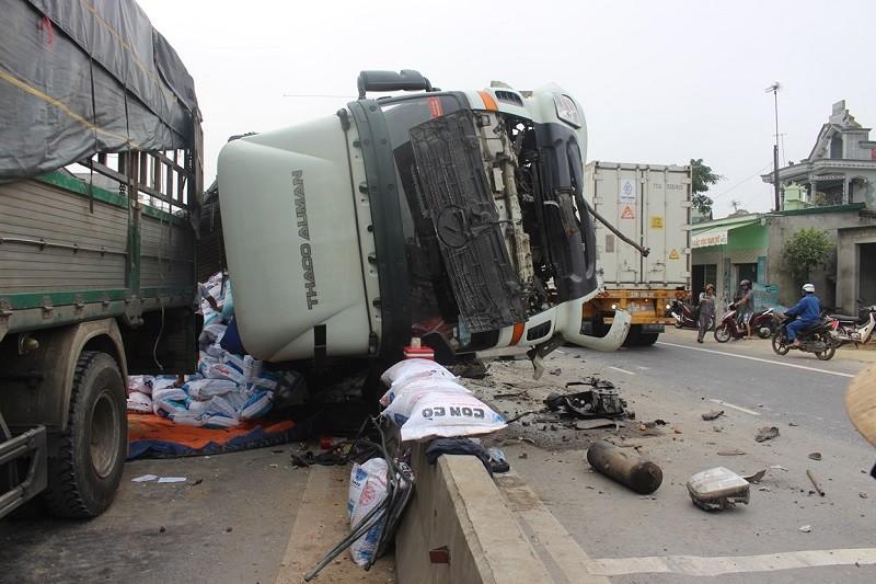 Xe tải lật trên Quốc lộ, gối đầu lên dải phân cách - ảnh 2