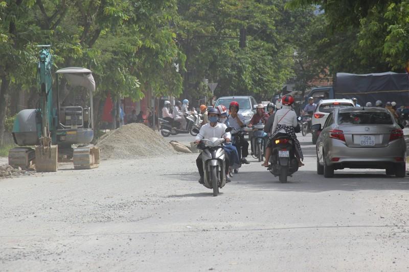 Người dân Huế khổ sở vì đường sá nắng bụi, mưa lầy - ảnh 1