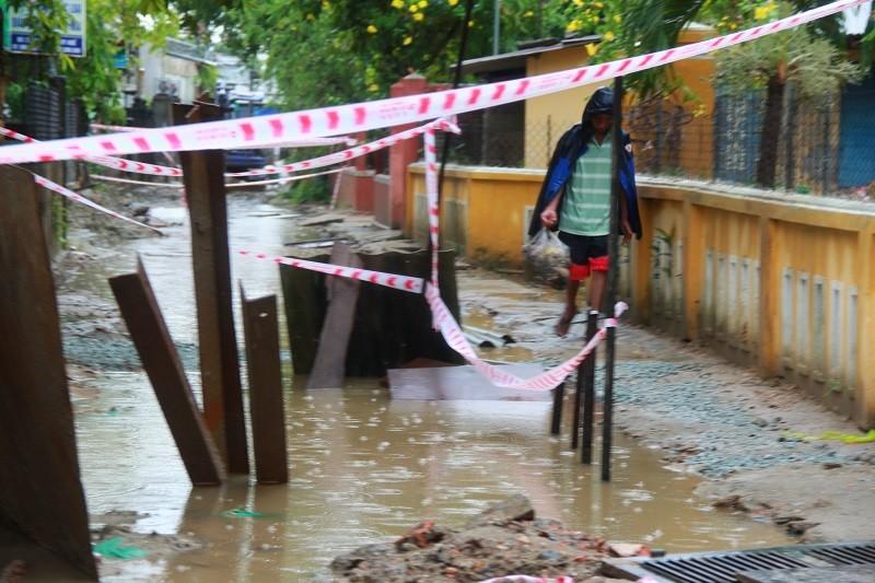Người dân Huế khổ sở vì đường sá nắng bụi, mưa lầy - ảnh 6