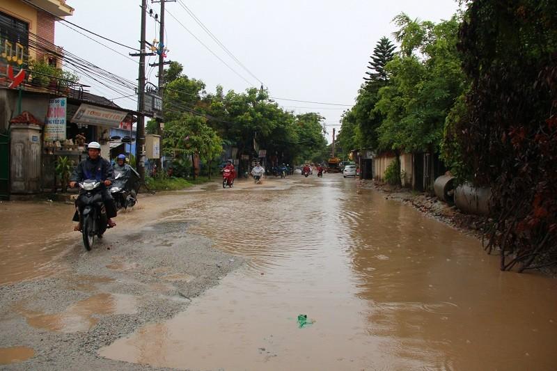 Người dân Huế khổ sở vì đường sá nắng bụi, mưa lầy - ảnh 5