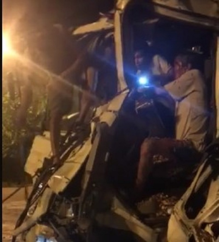 Giải cứu tài xế kẹt trong cabin sau tai nạn - ảnh 1