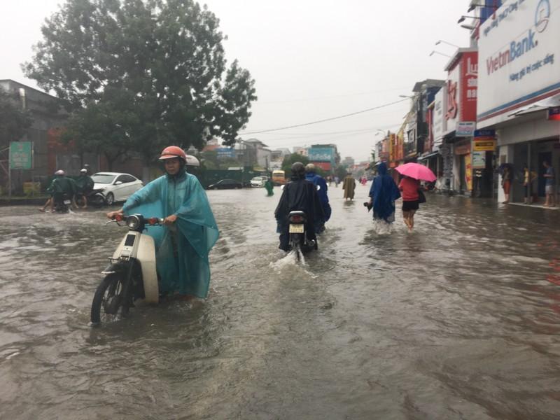 Ngập lụt trên đường phố ở Huế