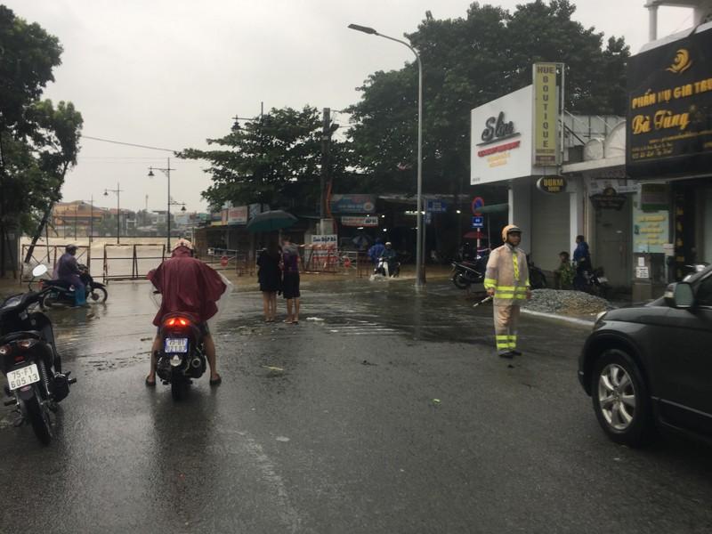 Mưa lớn, nhiều nơi ở Thừa Thiên-Huế bị ngập nặng - ảnh 7