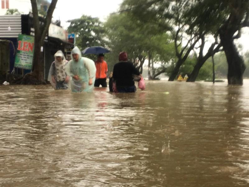 Mưa lớn, nhiều nơi ở Thừa Thiên-Huế bị ngập nặng - ảnh 1