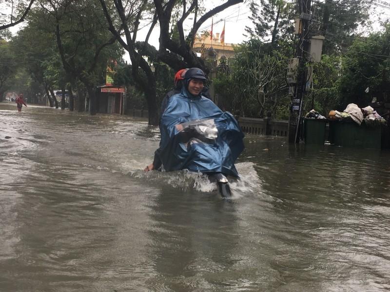 Lũ lên, bốn bề xứ Huế lại ngập trong nước - ảnh 4