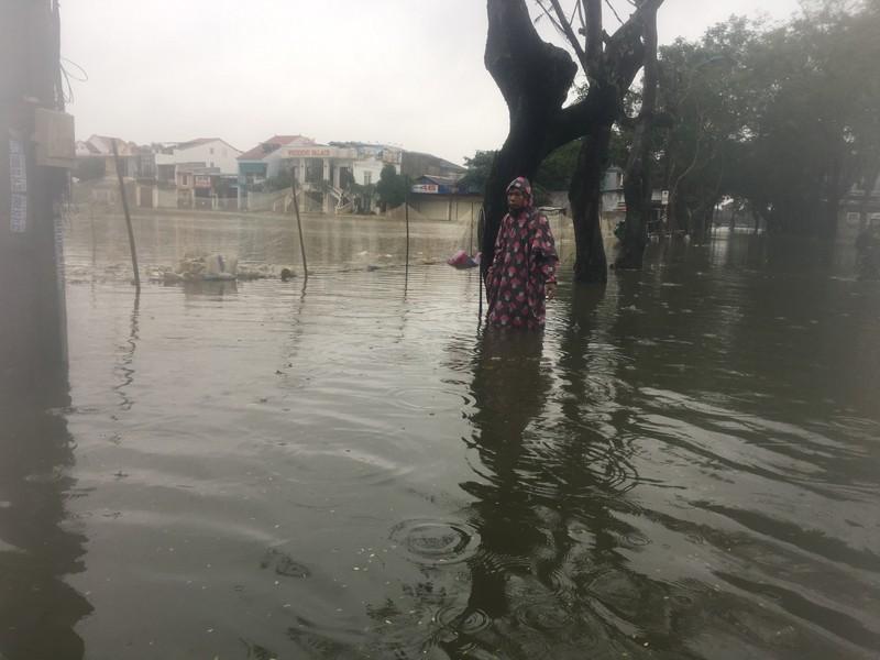 Lũ lên, bốn bề xứ Huế lại ngập trong nước - ảnh 2