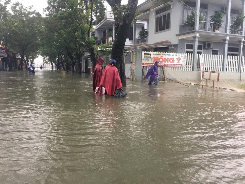 Lũ lên, bốn bề xứ Huế lại ngập trong nước - ảnh 9