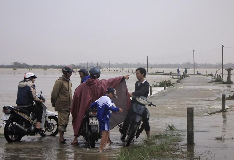 Lũ vẫn đang chia cắt vùng trũng Quảng Điền - ảnh 1