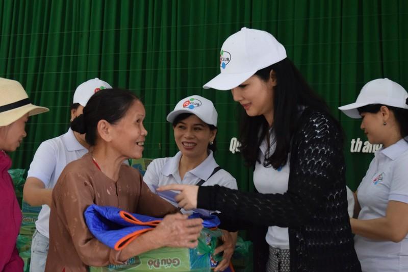 Hoa hậu Giáng My thăm và tặng quà người dân vùng lũ - ảnh 2