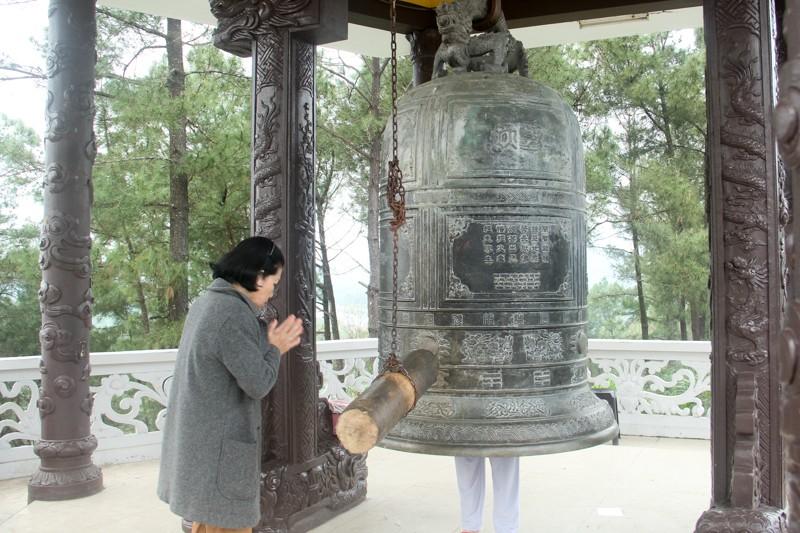 Thảnh thơi đi xin 'nước cam lồ' ở tượng đài Quan âm - ảnh 16