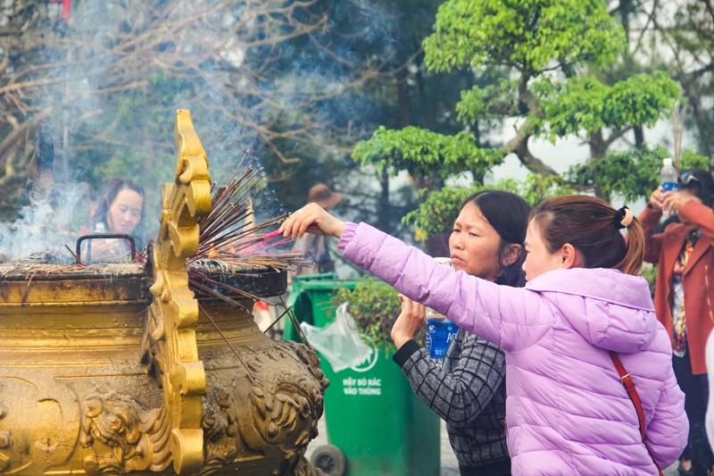 Thảnh thơi đi xin 'nước cam lồ' ở tượng đài Quan âm - ảnh 8