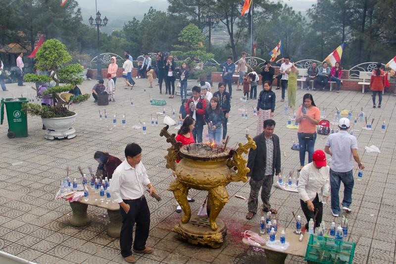 Thảnh thơi đi xin 'nước cam lồ' ở tượng đài Quan âm - ảnh 15