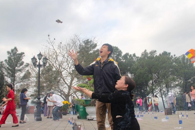 Thảnh thơi đi xin 'nước cam lồ' ở tượng đài Quan âm - ảnh 14