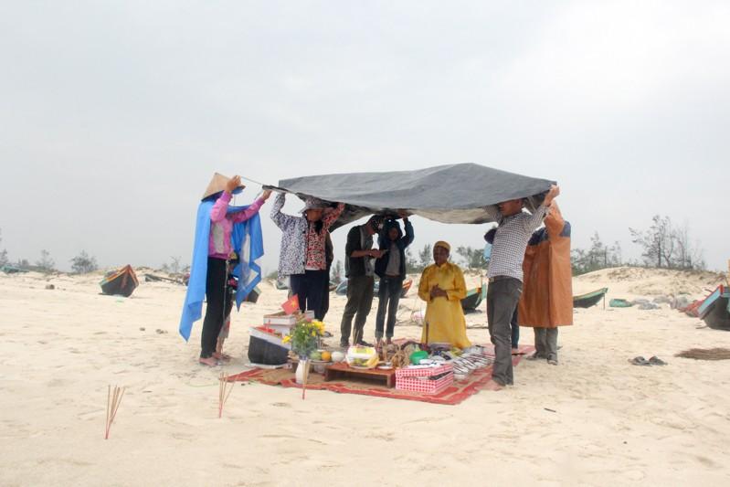 Gia đình liệt sĩ đội mưa làm mâm giỗ 64 liệt sĩ Gạc Ma - ảnh 4