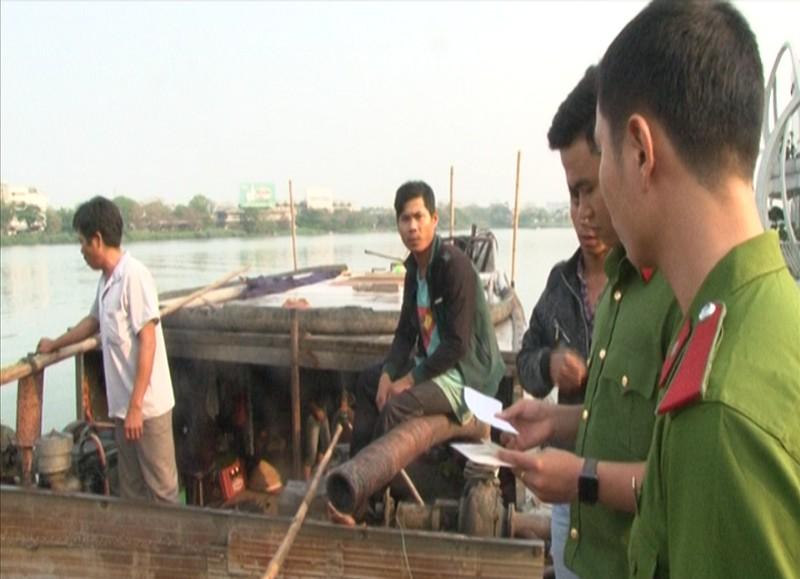 Bắt giữ 5 thuyền khai thác cát trên sông Hương  - ảnh 1
