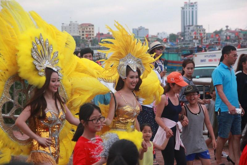 Ngắm dàn người đẹp diễu hành trên đường phố Đồng Hới - ảnh 4