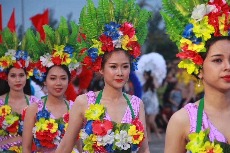 Ngắm dàn người đẹp diễu hành trên đường phố Đồng Hới - ảnh 2