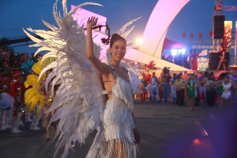 Ngắm dàn người đẹp diễu hành trên đường phố Đồng Hới - ảnh 9