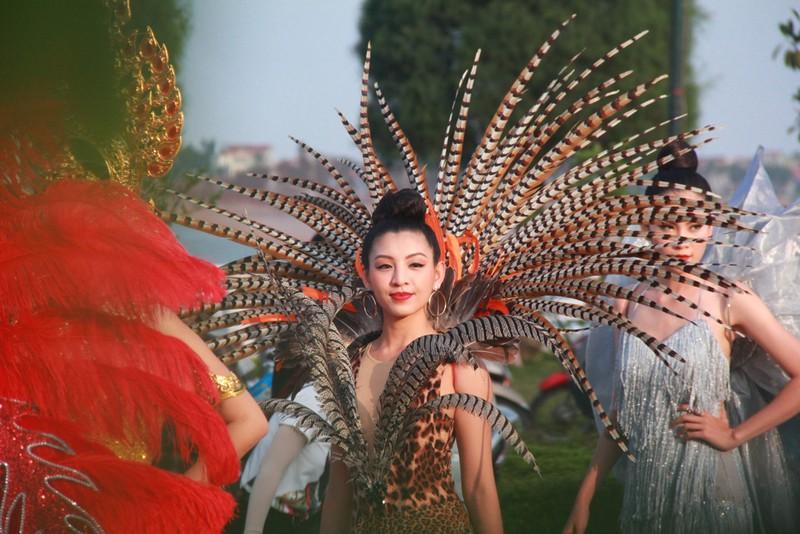 Ngắm dàn người đẹp diễu hành trên đường phố Đồng Hới - ảnh 5