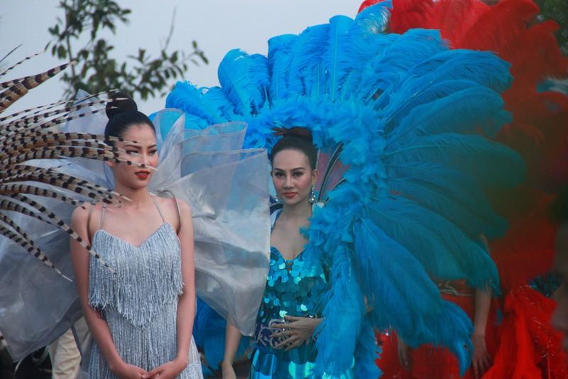 Ngắm dàn người đẹp diễu hành trên đường phố Đồng Hới - ảnh 7
