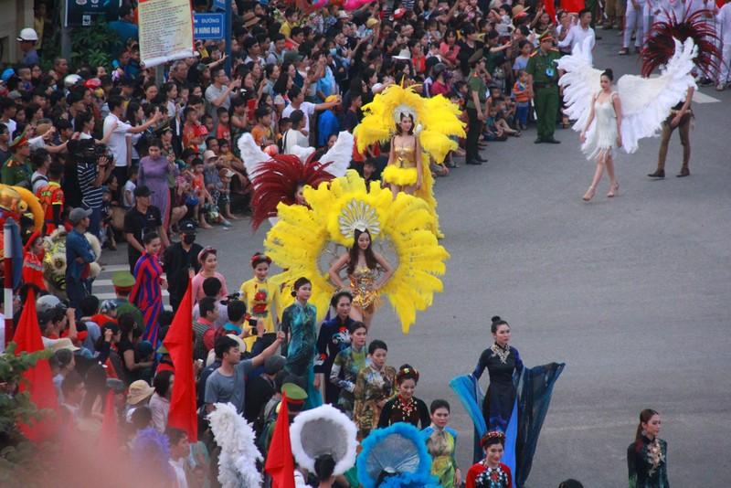 Ngắm dàn người đẹp diễu hành trên đường phố Đồng Hới - ảnh 1