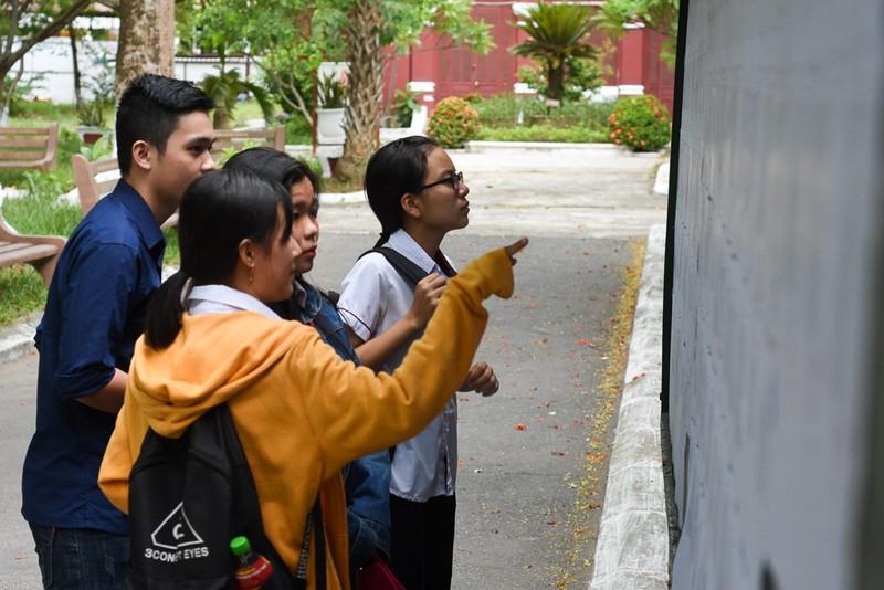 Thí sinh Huế đội mưa đi làm thủ tục dự thi THPT quốc gia - ảnh 1