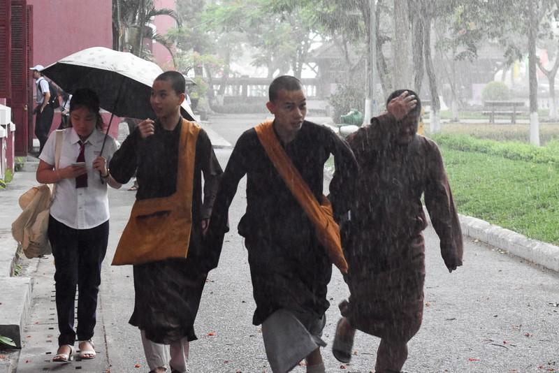 Thí sinh Huế đội mưa đi làm thủ tục dự thi THPT quốc gia - ảnh 3
