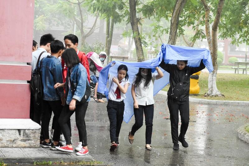Thí sinh Huế đội mưa đi làm thủ tục dự thi THPT quốc gia - ảnh 2