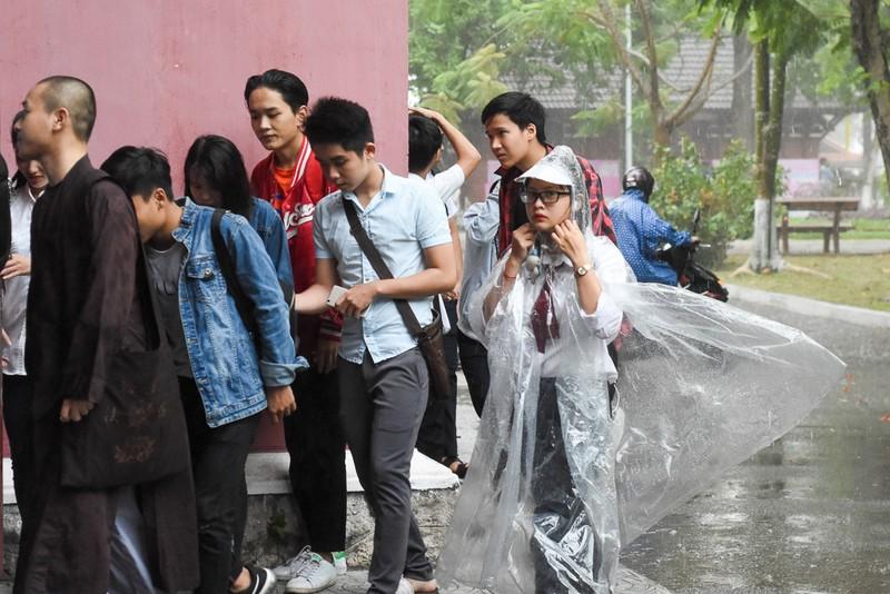 Thí sinh Huế đội mưa đi làm thủ tục dự thi THPT quốc gia - ảnh 5