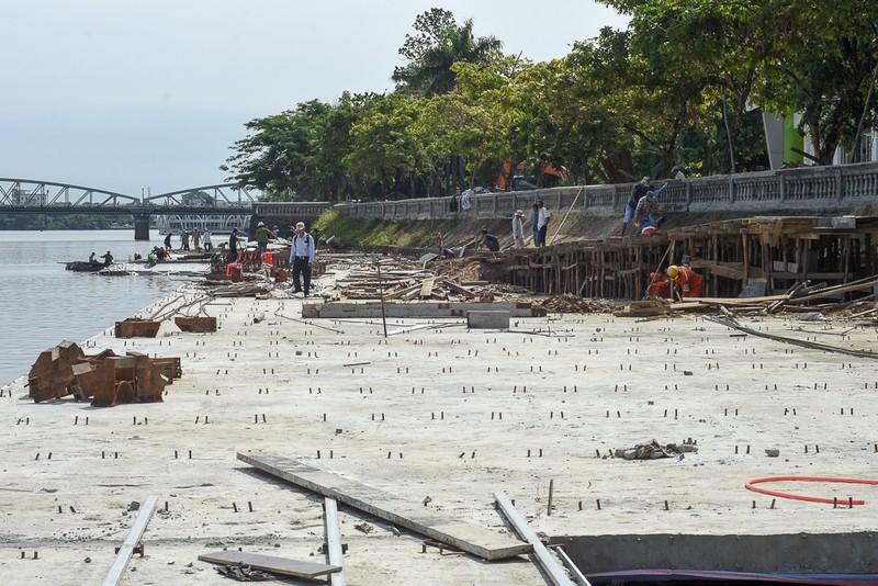 Cận cảnh con đường gỗ lim hàng chục tỉ bên sông Hương  - ảnh 2