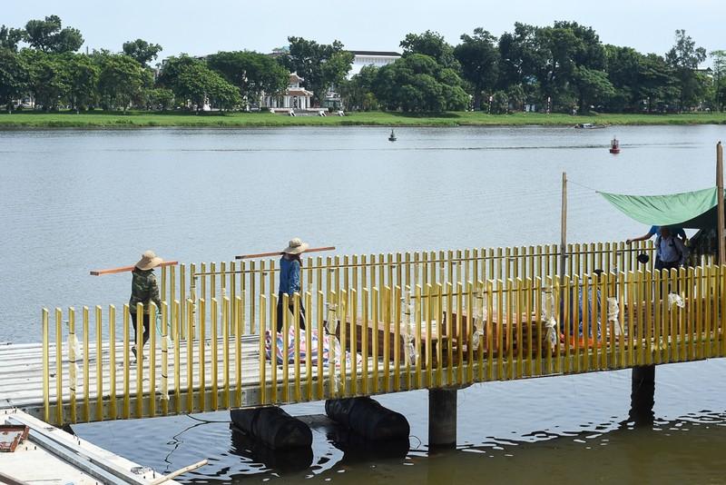 Cận cảnh con đường gỗ lim hàng chục tỉ bên sông Hương  - ảnh 4