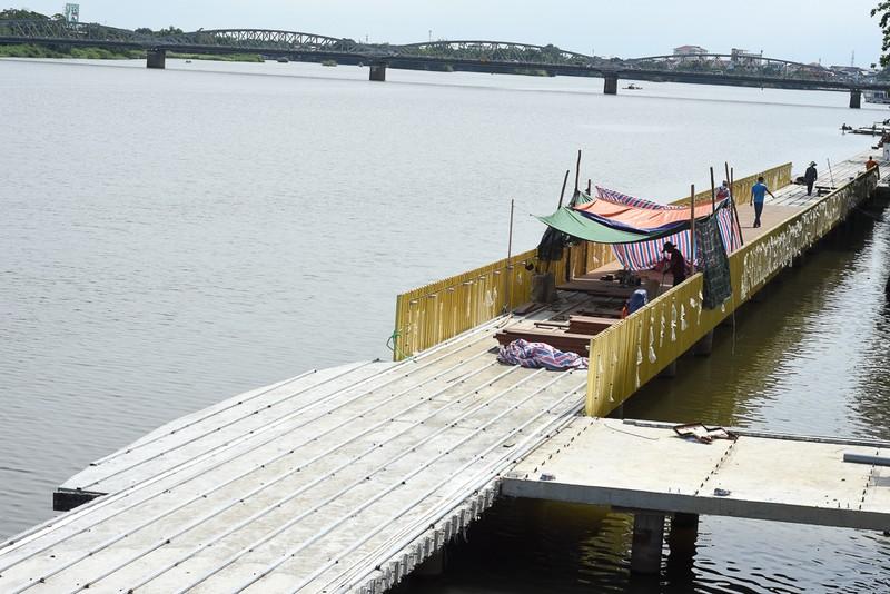 Cận cảnh con đường gỗ lim hàng chục tỉ bên sông Hương  - ảnh 1
